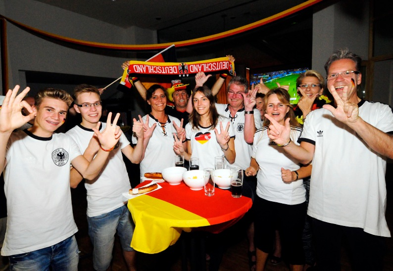 0626s-   Public Viewing zur Fußball-WM 2014 in der Ev (1). Kirchengemeinde Hörde